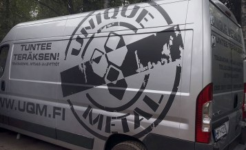 Unique Metalin logo autoteippauksessa käytettynä. Toisen osapuolen suunnittelema teippauskokonaisuus.